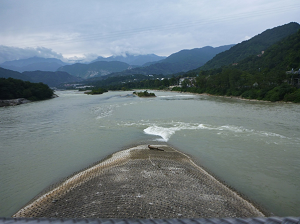 A photograph of the 'fish head': the upstream point of the diversion island where the man-made channel (right) is diverted from the main river (left)