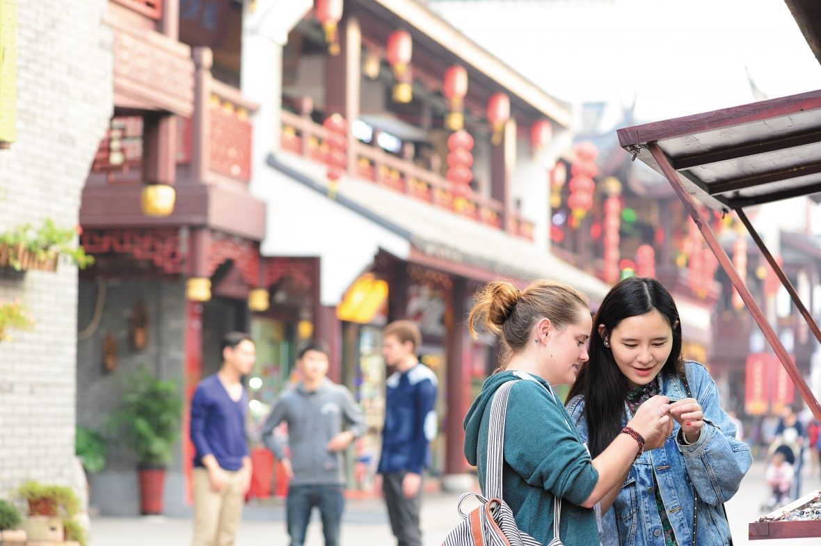 UNNC students explore the Drum Tower area of Ningbo.