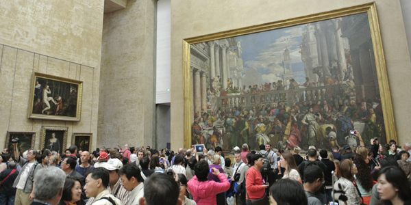 art-gallery-crowd-featured