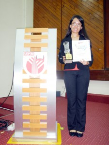 Sii Gii receives her trophy and certificate