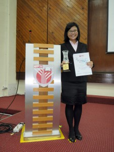 Xin Yi receives her trophy and certificate