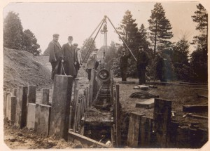 The modern renovation work was carried out a little differently to how these men laid the pipelines in 1912! (Ref: R/HR/1/8/1)