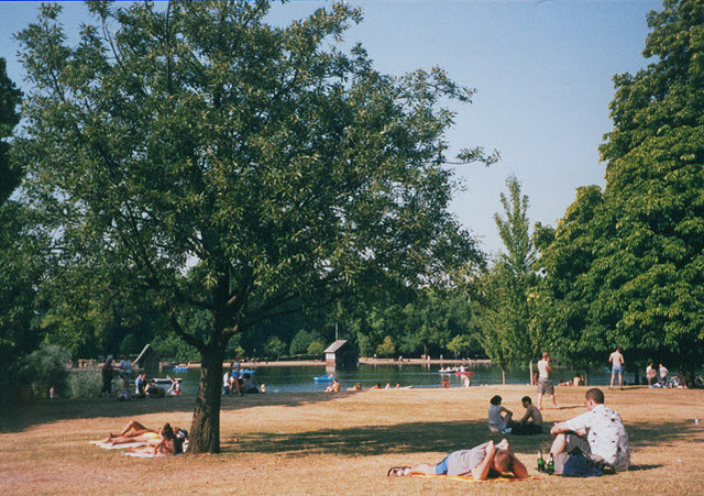 Hyde Park in the heatwave of August 2003, Stephen Craven, geograph.org.