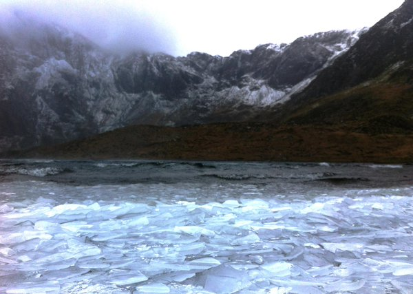 Tonnau rhew / Ice waves at Llyn Idwal in January 2015 (image courtesy of @cwm_idwal)